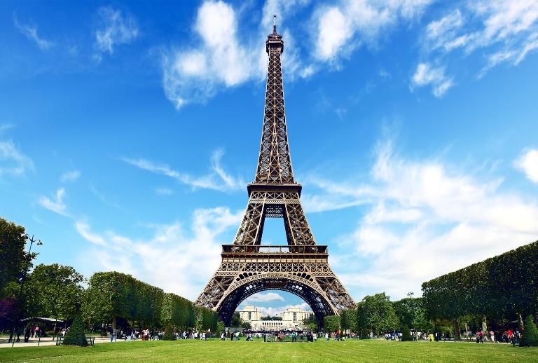 France on alert for snowfall, Eiffel Tower closes