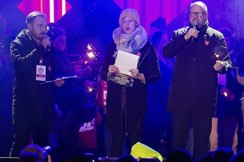 Doctors fight to save Polish mayor stabbed in heart on stage