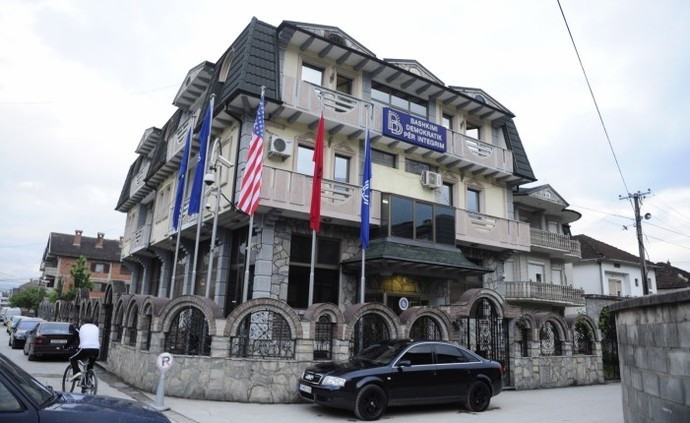 Protest begin in front of DUI's office in Tetovo
