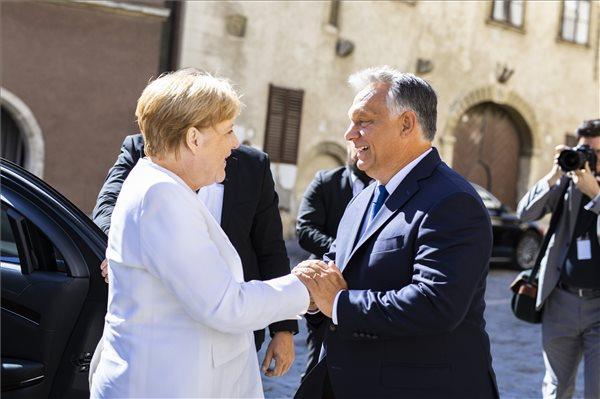 Merkel meets Orban in Hungary to commemorate 'Pan-European Picnic'