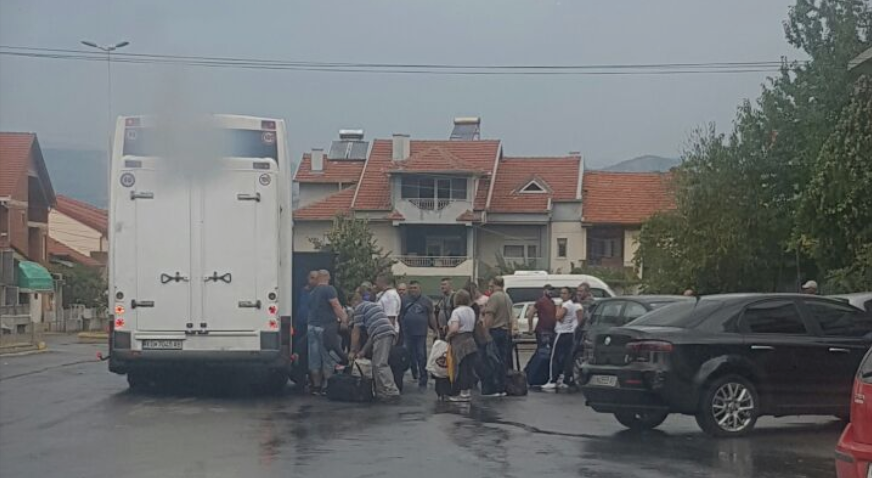 10 buses full of people leave from Vinica