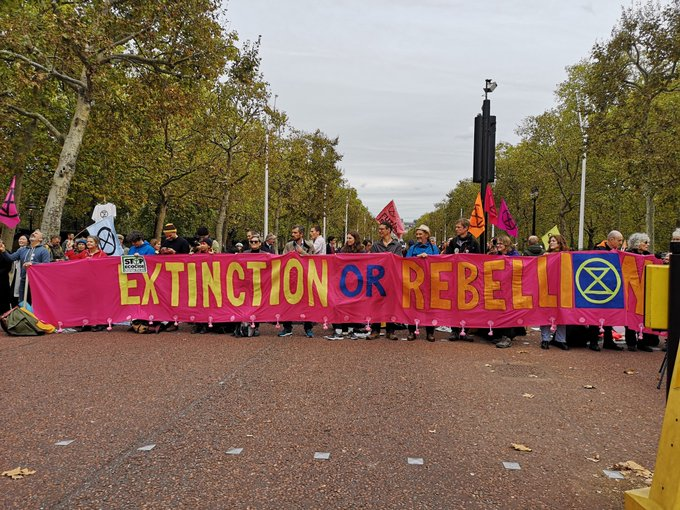 V4: Unruly eco-activists paralyze traffic in London, Berlin