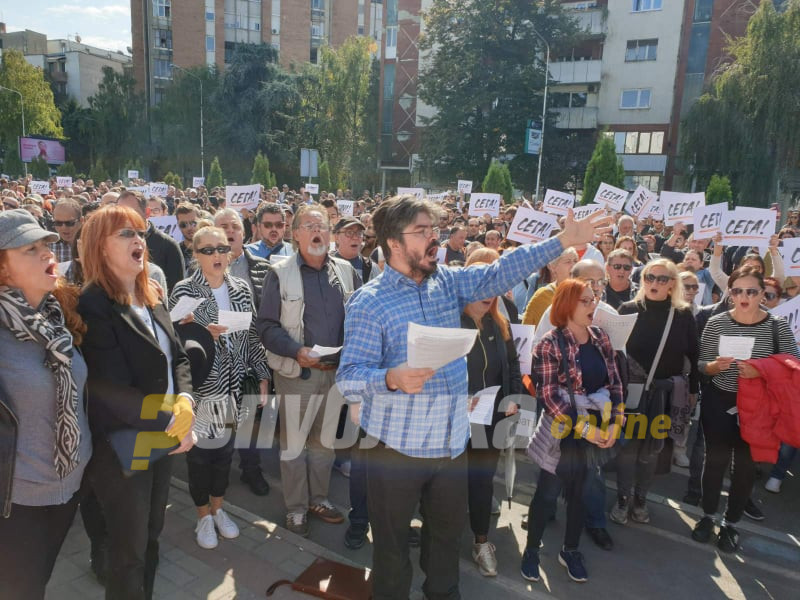 Cultural institution employees protest performing Nabucco in front of the Government