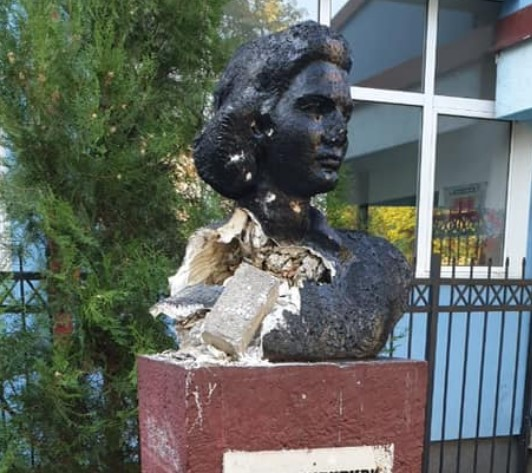Bust of WW2 woman fighter killed by the Bulgarian police destroyed in Karpos