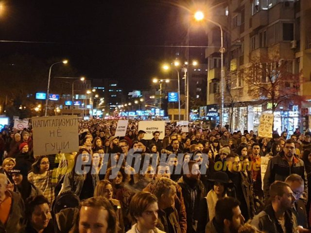 """""""Green Revolution"""" on the streets of Skopje, huge number of citizens march for clean air"""