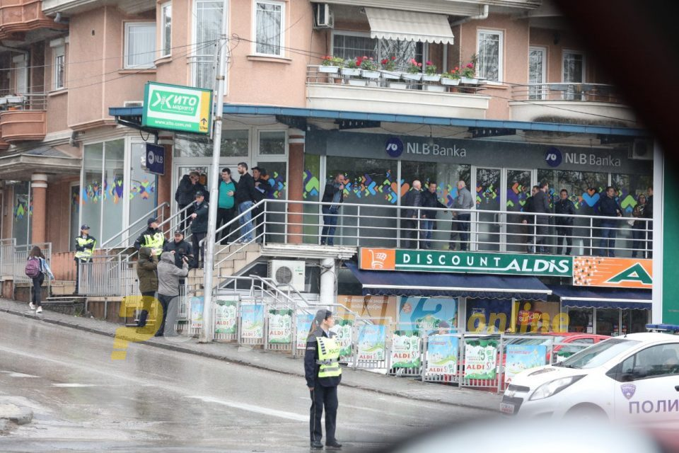 Armed robbers grabbed 8.700 EUR from a bank in Skopje