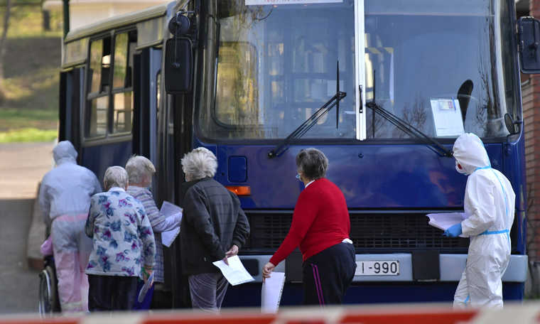 V4: Residents taken by ambulance and bus from coronavirus infected nursing home in Budapest