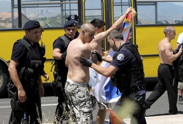 Kosovan police used force against two Serbs who were carrying the Serbian flag