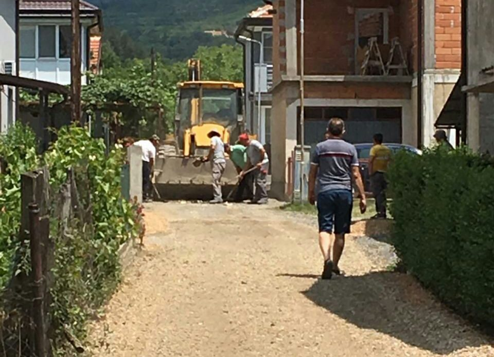 Amid election silence, alleys in Leskoec are being paved in an attempt to gather votes