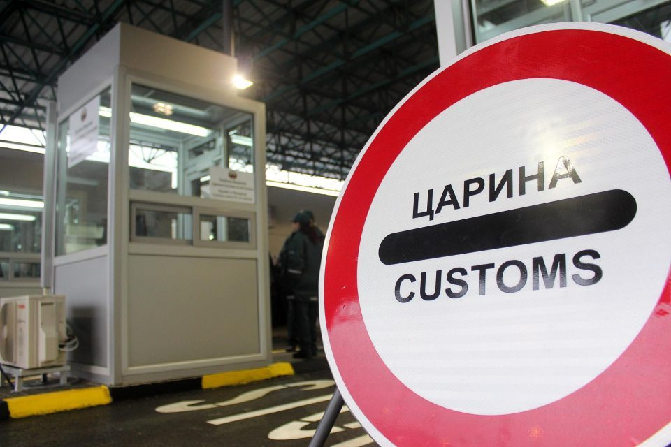 Two customs agents caught with a large bribe