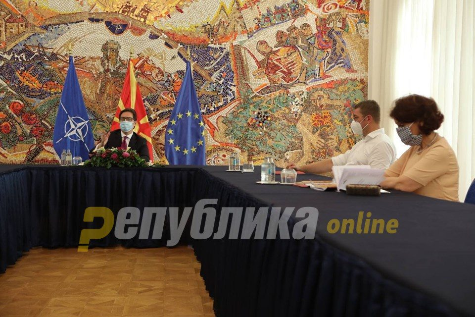 Mickoski and VMRO members of Parliament enter villa Vodno to demand an explanation from Pendarovski