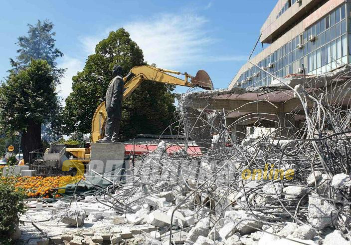 """VMRO-DPMNE: This criminal government brags about the demolition of the illegal building near """"Mavrovka"""" and they themselves allowed it to be built there"""