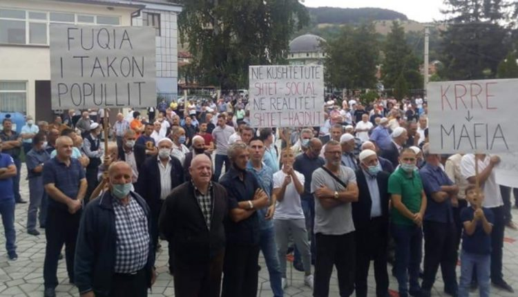 Protesters block the Tetovo – Gostivar highway in revolt against the electricity price hike