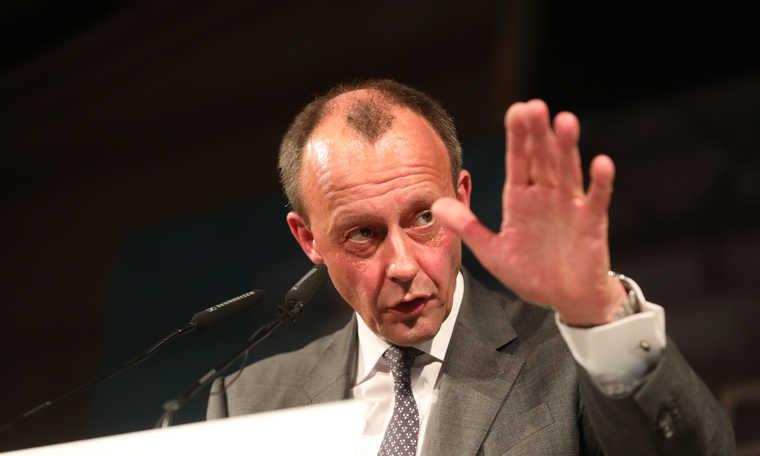 V4: Merkel's potential successor takes stance against Wilkommenskultur