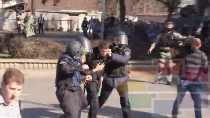 Officer injured as Albanian protesters tried to storm the courthouse, Greater Albania maps are on display