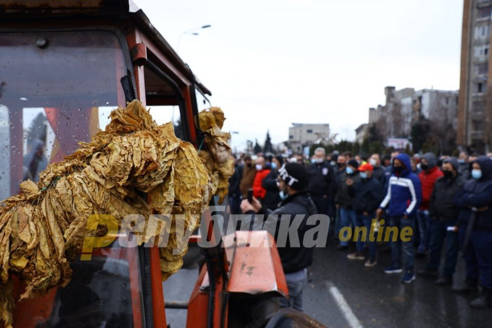 Tobacco farmers blocked the Pletvar pass to protest low prices