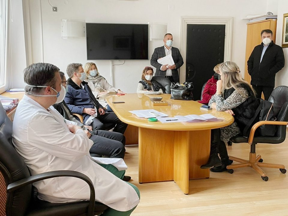 Eight doctors from private clinics will start helping out the public clinics that deal with Covid patients