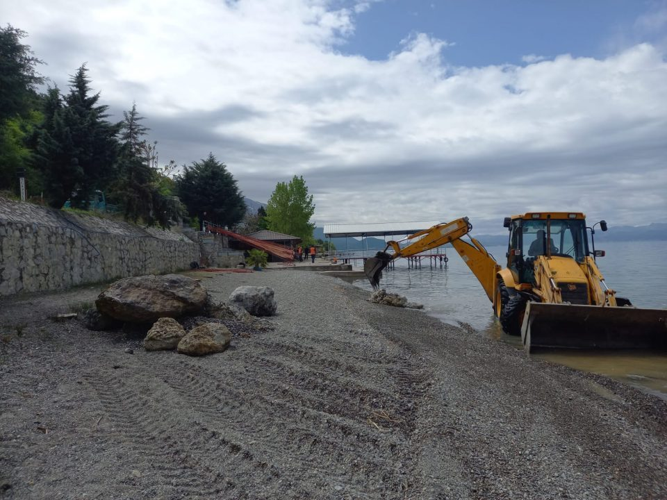 Ohrid authorities are demolishing structures in two beaches near Lagadin